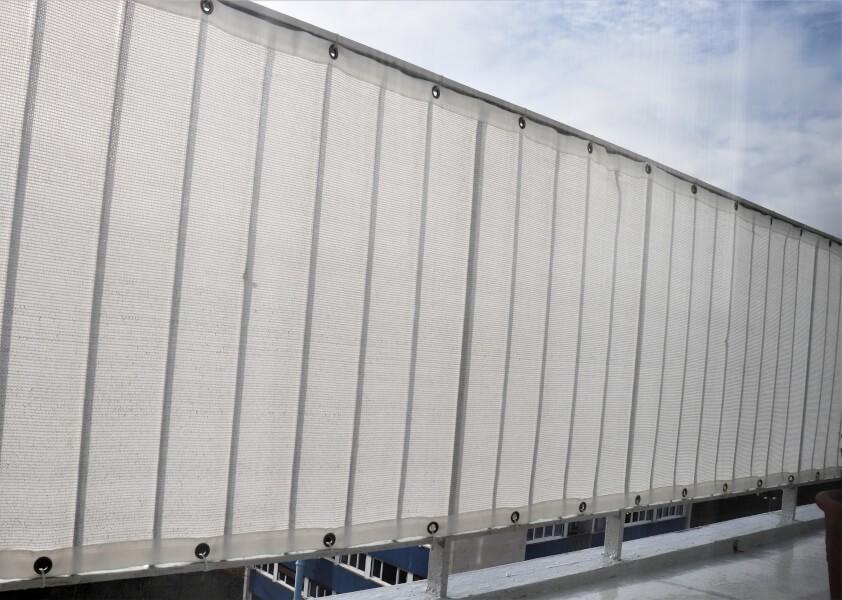 Brise vue blanc installé sur un balcon