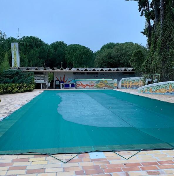 Filet anti feuilles et salissures vert pour recouvrir une piscine