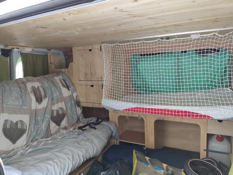 Filet de protection pour lit enfant aménagé dans un van
