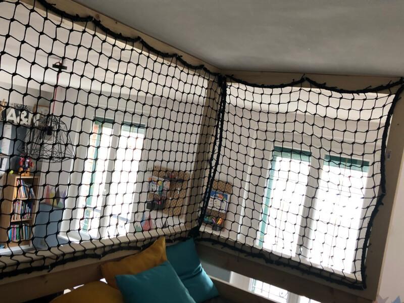 Vue sur filet de protection cabane enfant intérieure