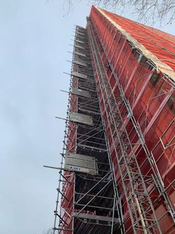 Filet d'échafaudage rouge pour chantier immeuble