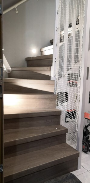 Rampe d'escalier design avec garde-corps en filet de protection enfants