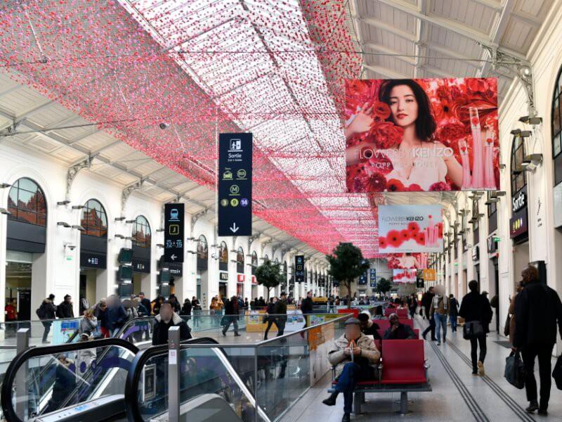Evènement Kenzo filet avec fleurs au plafond dans centre commercial