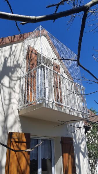 Empêcher les chats de sauter d'un balcon avec un filet de protection
