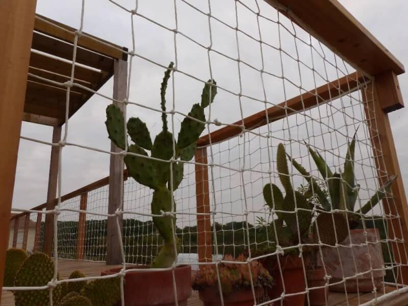 Filet garde-corps pour terrasse en bois, vue sur cactus