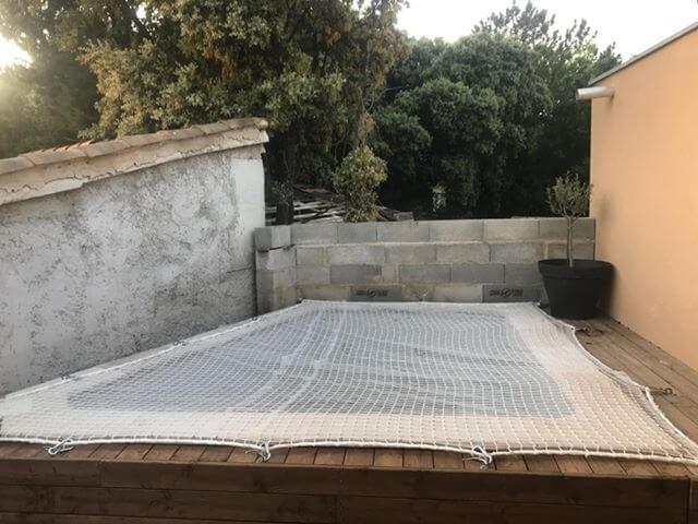 Filet anti-chute doublé avec un filet anti-feuilles sur une piscine