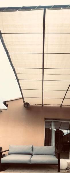 Filet d'ombrage coloré sur terrasse