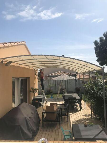 Filet d'ombrage coloré occultation forte sur terrasse