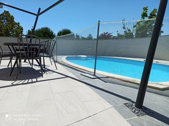 Sécuriser les abords d'une piscine avec un filet discret
