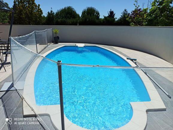Sécuriser les abords d'une piscine avec un filet transparent