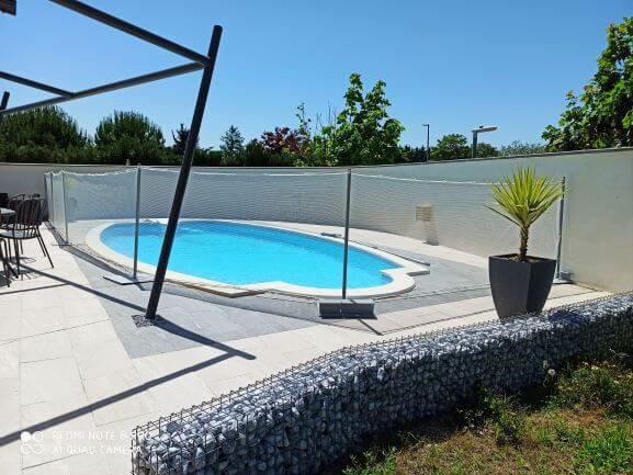 Sécuriser les abords d'une piscine avec un filet très discret