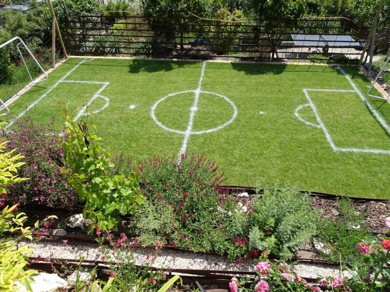 Filet pare-ballons pour un mini-terrain de foot fait maison