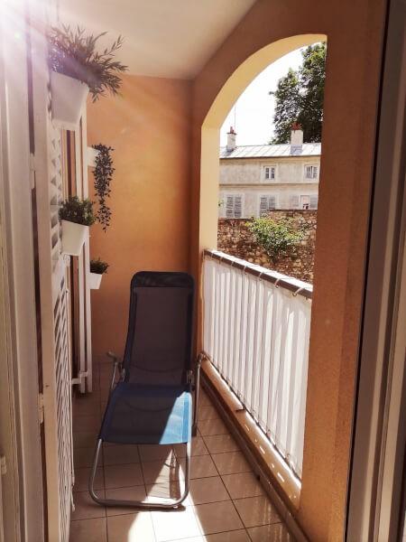 Filet brise-vue blanc pour balcon ensoleillé