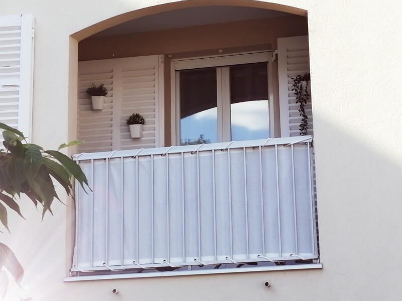 Filet brise-vue blanc pour balcon exposition forte au soleil