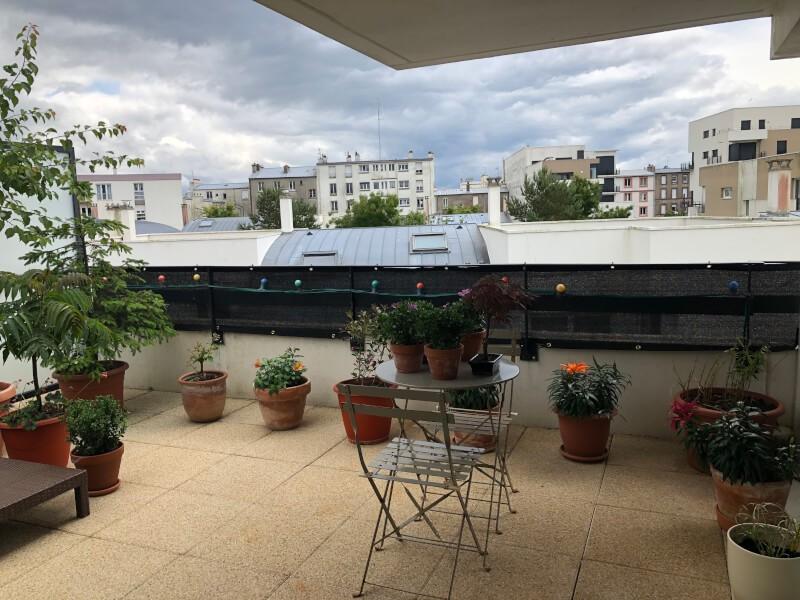 Installation d'un brise-vue noir sur un toît terrasse