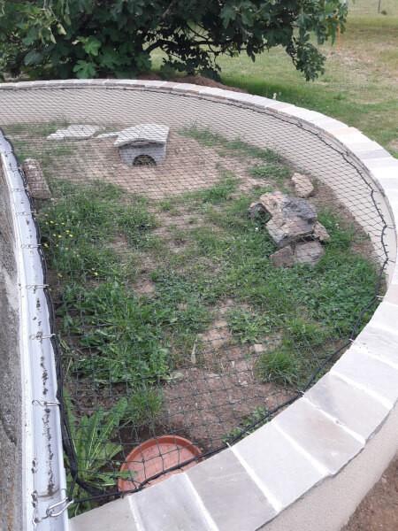 Réaliser un enclos pour animaux avec du sandow et un filet sur-mesure