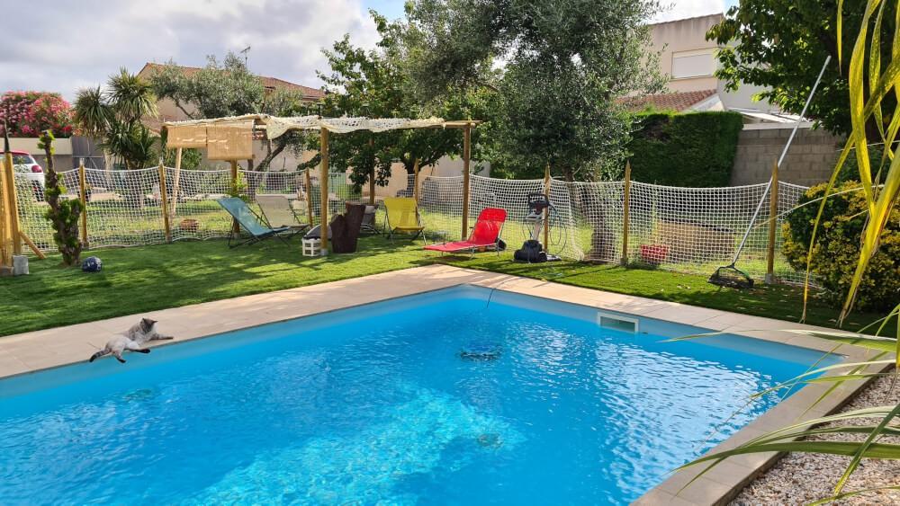 Enclos pour piscine avec filet garde-corps normé