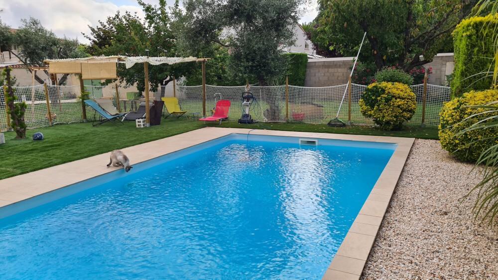 Sécuriser l'accès d'une piscine avec un filet garde-corps mailles 50 mm