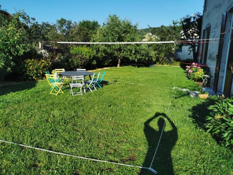 Filet de volley sur-mesure pour terrain artisanal dans un jardin