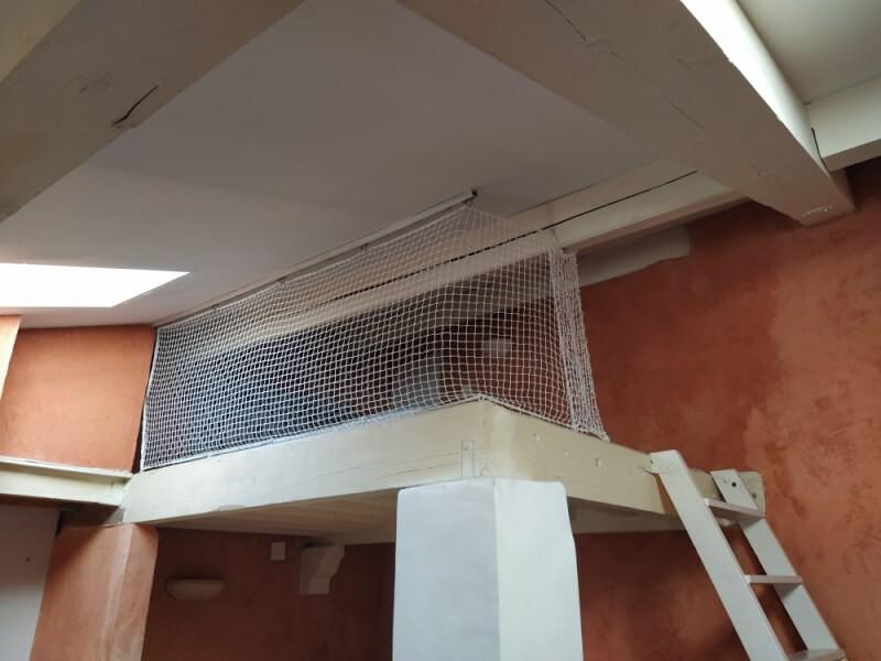 Sécuriser une mezzanine avec un filet de protection pour enfants