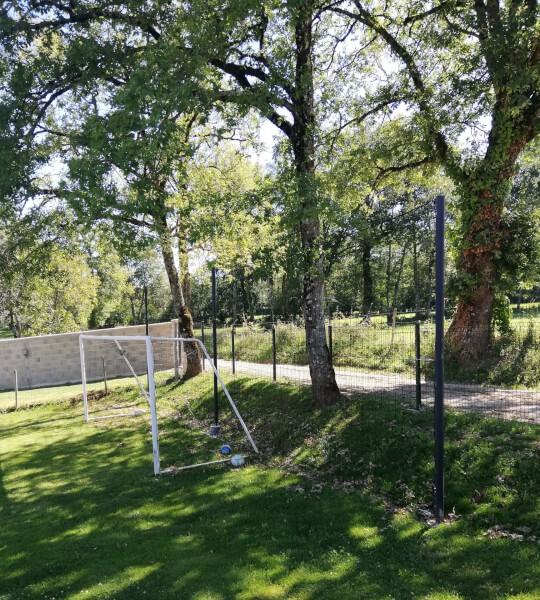 Terrain de foot maison avec filet pare-ballons