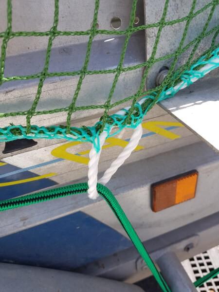 Accrocher un filet de benne sur une remorque