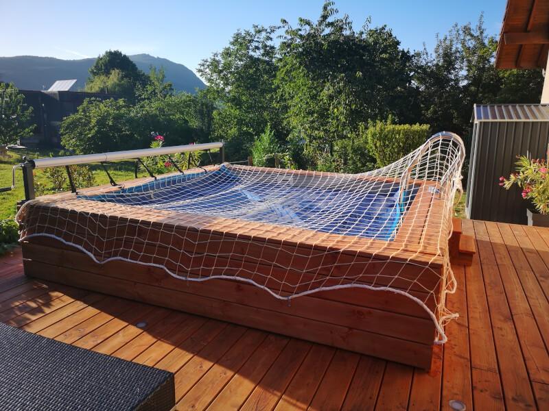 Filet de sécurité anti-chute posé sur piscine