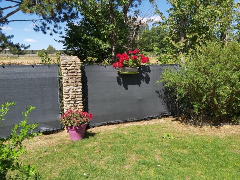 Installer un filet brise-vue de couleur dans son jardin