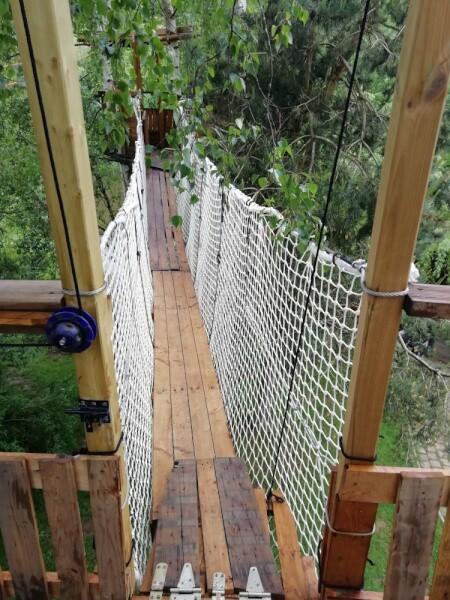 Création d'un pont de singe maison avec du cordage et un filet garde-corps