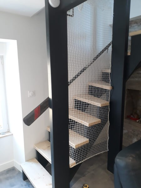 Filet de protection enfant dans cage d'escalier posé sur poutre IPN vue du bas