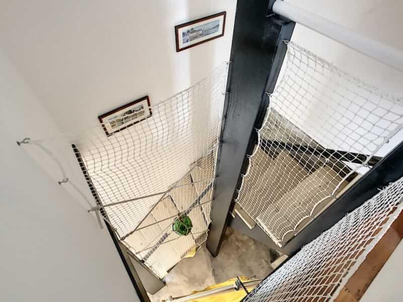 Filet de protection enfant dans cage d'escalier posé sur poutre IPN vue du haut