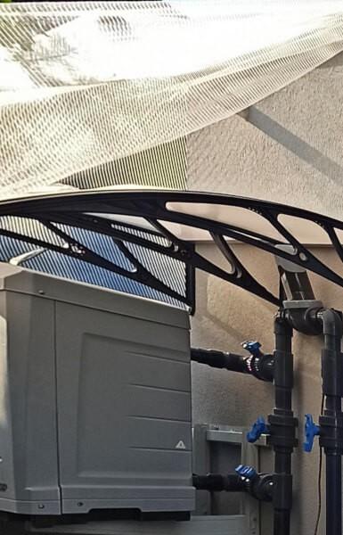 Filet anti grêle pour protéger la pompe à chaleur d'une climatisation vue de dessous