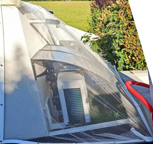 Filet anti grêle pour protéger la pompe à chaleur d'une climatisation vue de dessus
