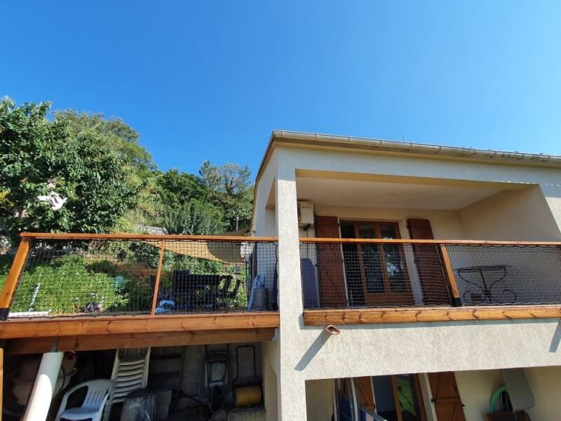 Filet de protection garde corps sur le balcon d'une maison