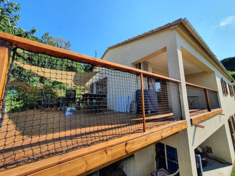 Filet de protection garde corps sur la terrasse en bois d'une maison