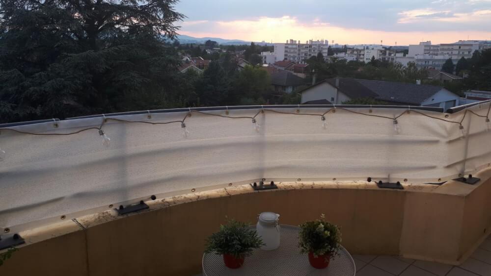 Filet brise vue sur garde corps de balcon dans la région lyonnaise