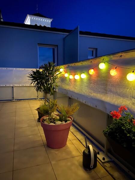 Filet brise vue sur balcon terrasse ambiance guinguette de nuit