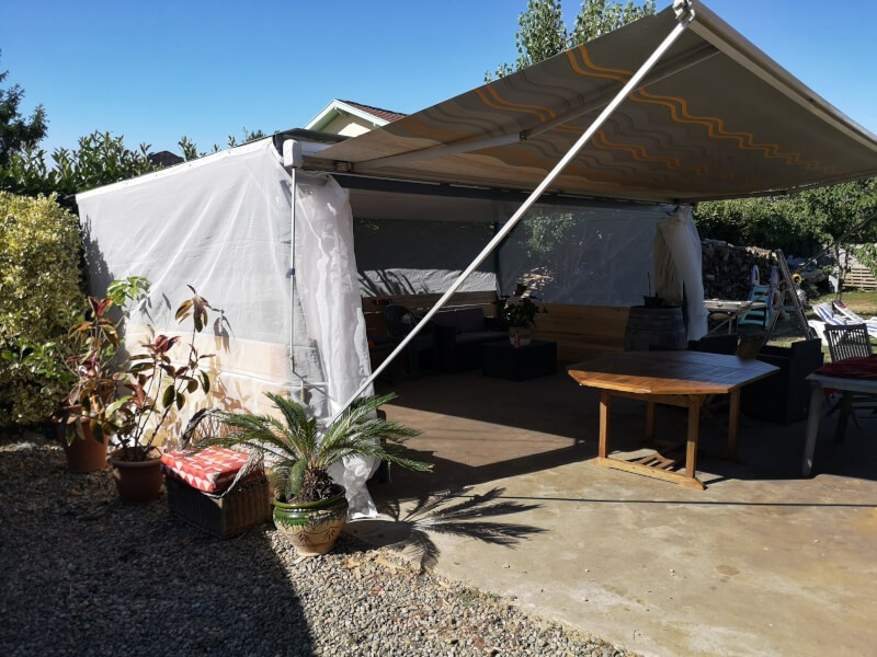 Filet anti-insectes et moustiques sur un abri de terrasse vue extérieur