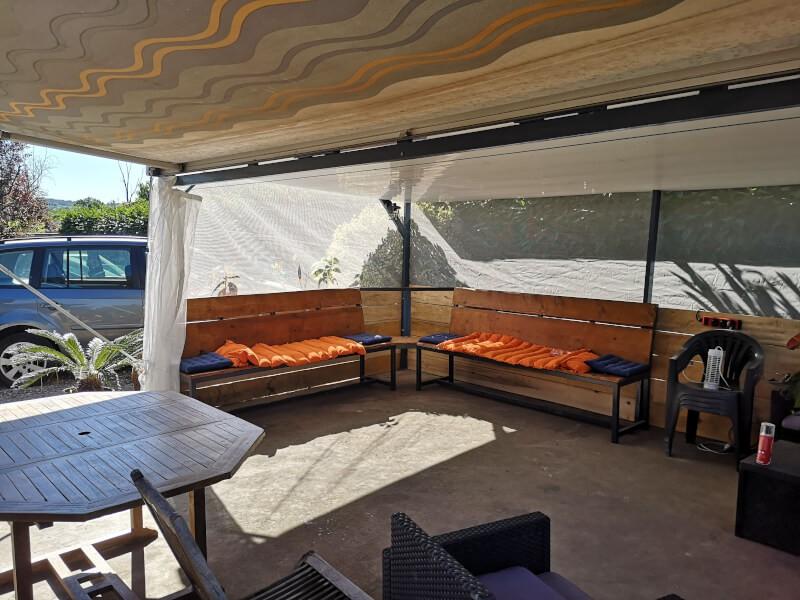 Filet anti-insectes et moustiques sur un abri de terrasse vue intérieur