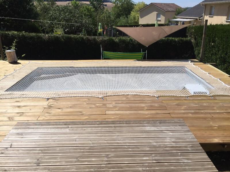 Filet de sécurité anti-chute sur piscine autoportante avec terrasse en bois autour