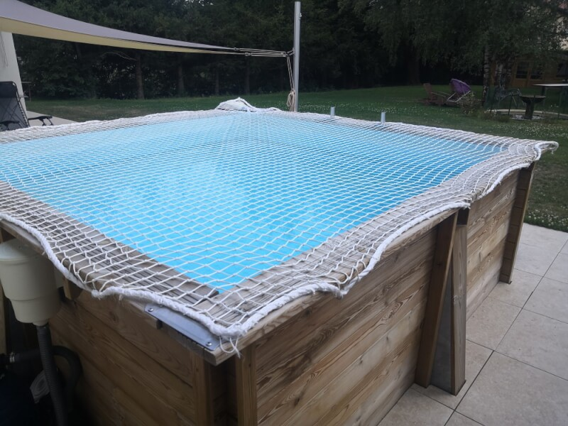 Filet de sécurité anti-chute sur piscine hors sol