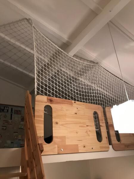 Filet de protection garde-corps dans une mezzanine pour enfant