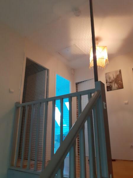 Filet de protection enfants sur rampe d'escalier