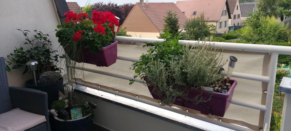 Filet brise-vue blanc sur garde-corps de balcon