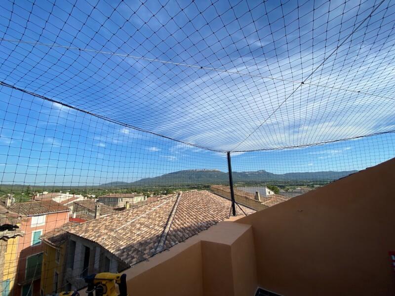 Filet pare-ballons pour cloisonner un balcon terrasse et protéger des chats