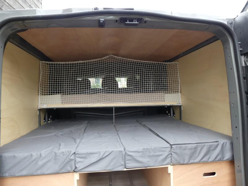 Filet de sécurité pour lit enfant aménagé dans une camionnette