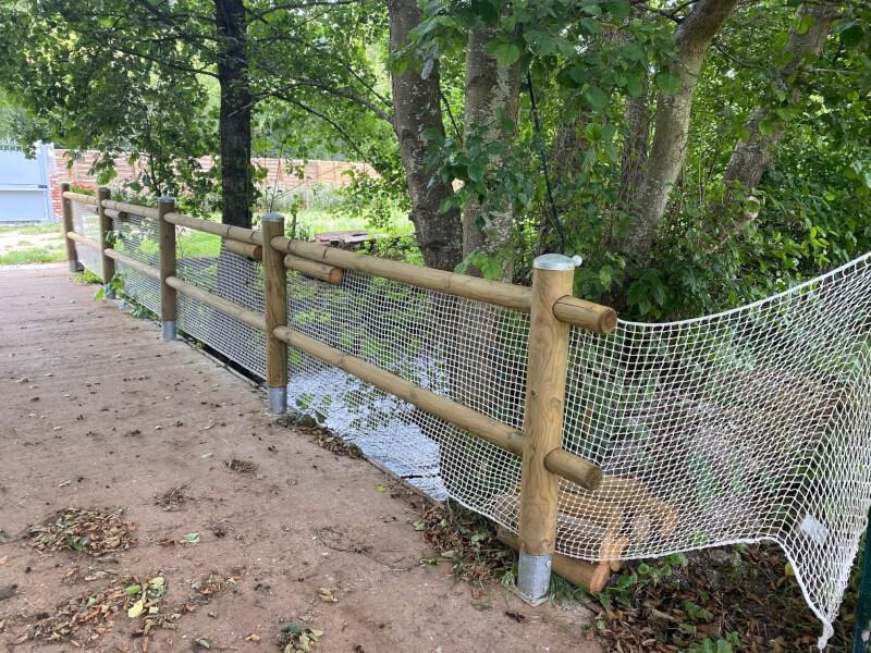 Pont bassin sécurisé avec un filet de protection enfants