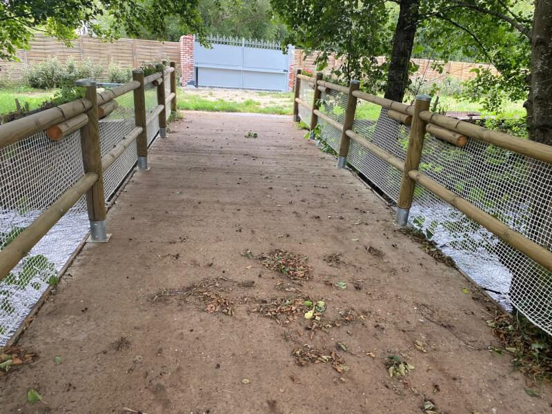 Pont sur bassin sécurisé avec un filet de protection enfants