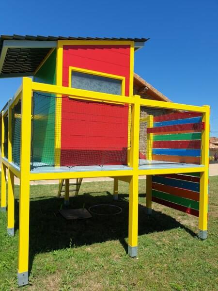 Cabane de jardin sécurisée avec un filet de protection enfants