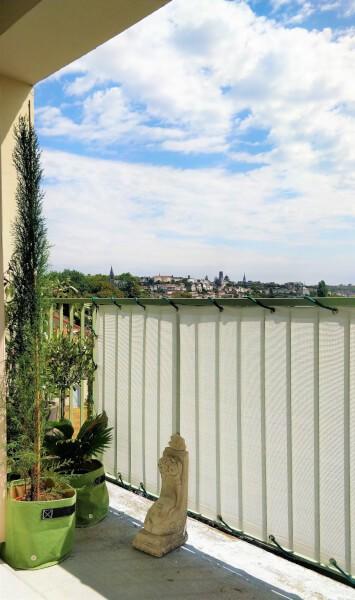 Pose partielle d'un brise-vue blanc, occultation très forte, avec un Sandow vert, sur le balcon